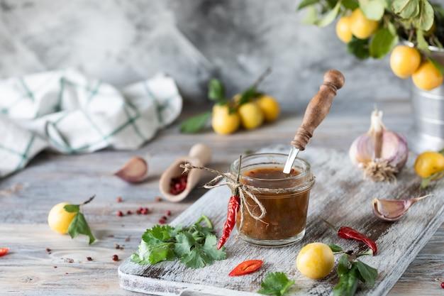 Salsa di prugne gialle fresche in un barattolo di vetro. prugna gialla fresca. salsa fatta in casa in barattoli di vetro. tkemali.