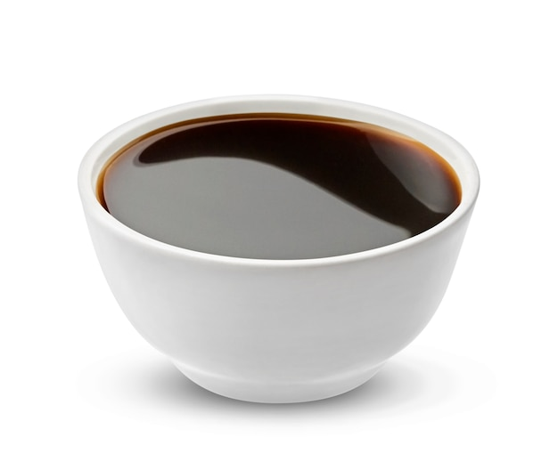 Salsa di soia in ciotola isolata su bianco