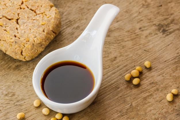 Salsa di soia in una tazza bianca