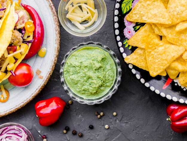 Salsa guacamole piccante e snack messicani croccanti