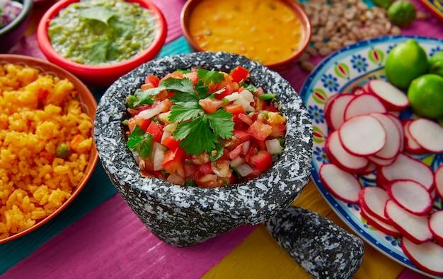 Salsa messicana di pico de gallos con riso