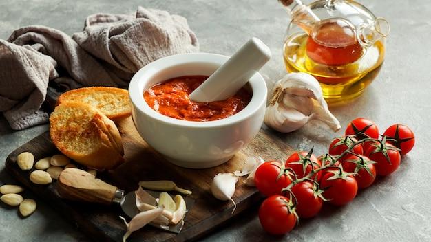 Salsa romesco, tipica della catalogna, in spagna.