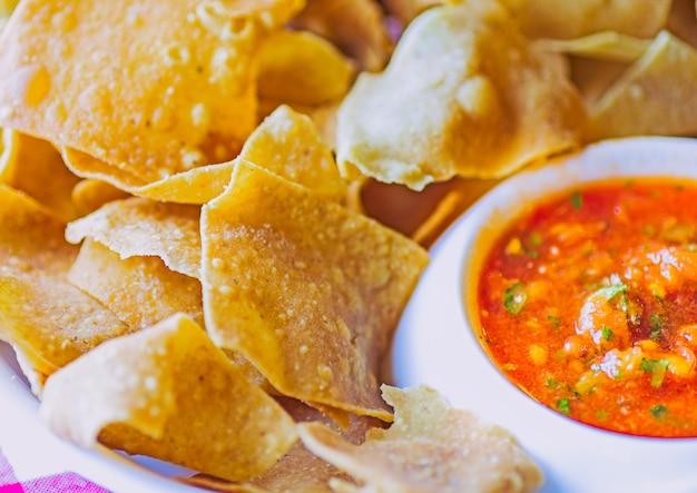 Salsa rossa piccante con un piatto di tortilla chips
