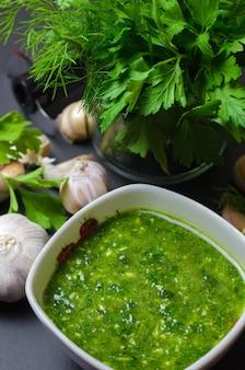 Salsa verde cruda con aglio, aneto e prezzemolo