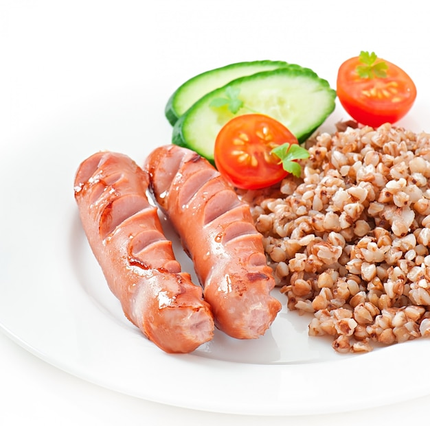 Salsicce alla griglia e insalata