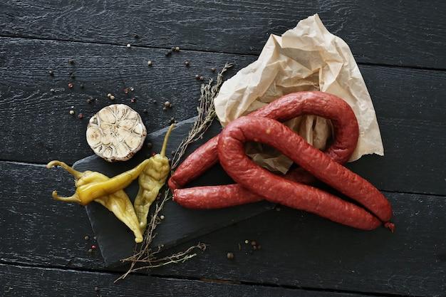 Salsicce arrosto con ingredienti