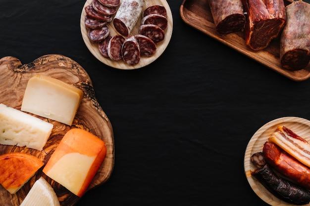 Salsicce assortite vicino al formaggio