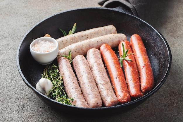 Salsicce crude fresche assortite con timo.