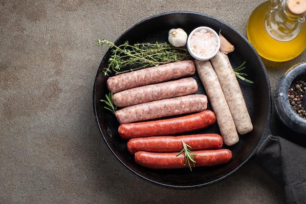 Salsicce crude fresche assortite.