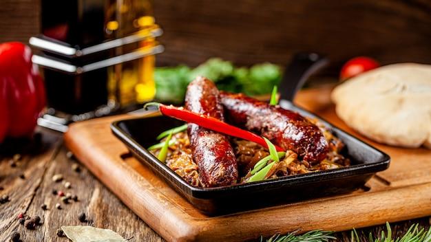 Salsicce di manzo turche con cavolo stufato