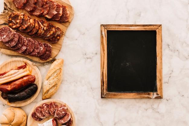 Salsicce e panini vicino alla lavagna