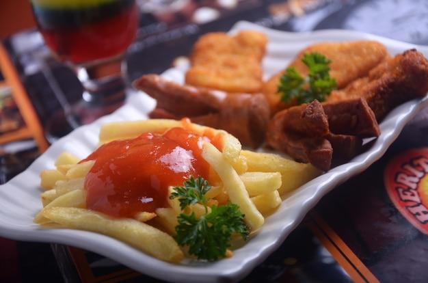 Salsicce e patatine fritte snack indonesiani sono molto gustosi