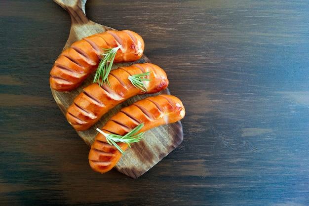 Salsicce fritte su una padella di ghisa. alla lavagna