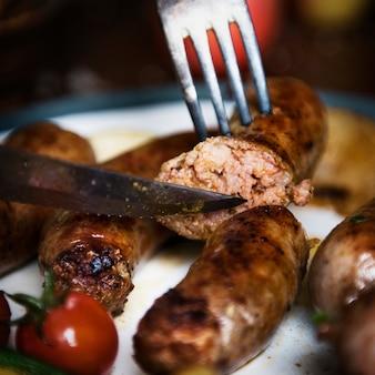Salsicce su un piatto fotografia idea di cibo