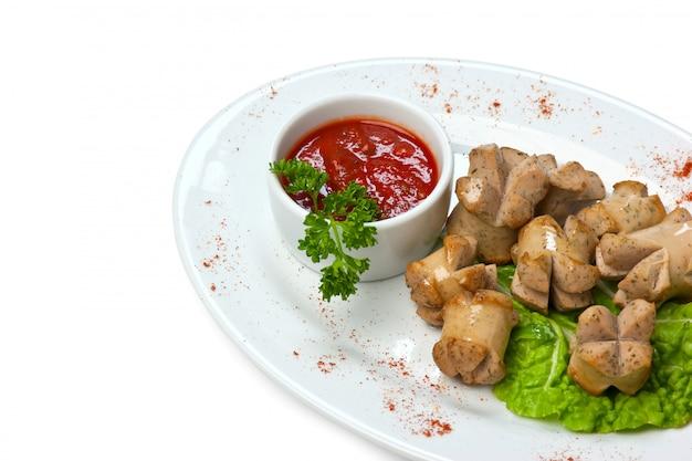 Salsicce tritate fritte con verdure e spezie isolati