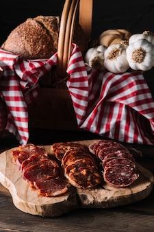 Salsicce vicino al cesto con il cibo