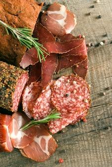 Salsiccia affumicata con rosmarino e grani di pepe