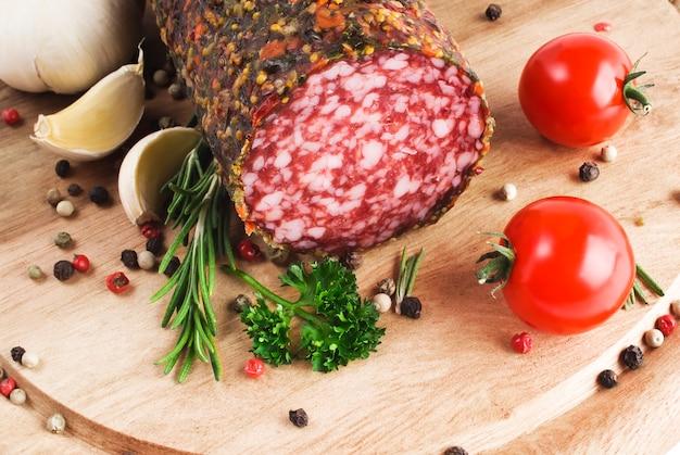Salsiccia affumicata con rosmarino e pepe in grani e aglio