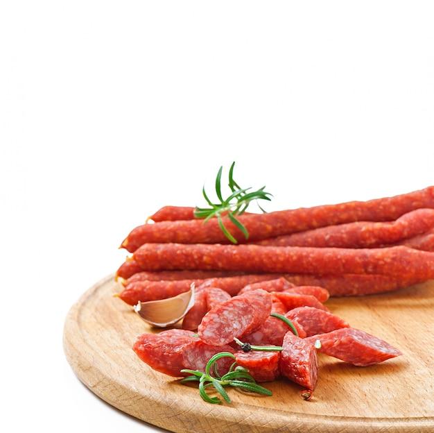 Salsiccia affumicata con rosmarino, grani di pepe e aglio