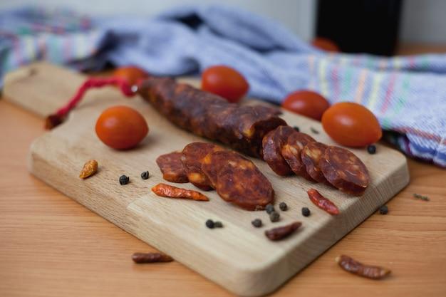 Salsiccia chorizo spagnola a fette con pomodorini