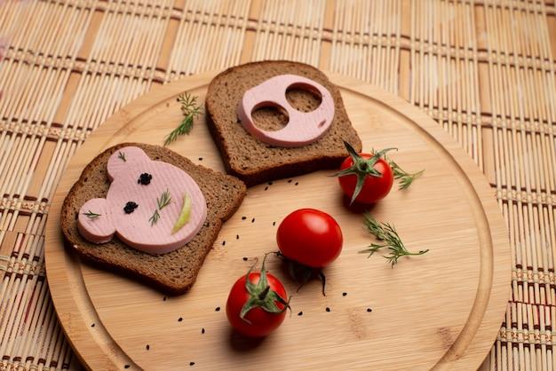 Salsiccia con pane nero e tomate a pranzo