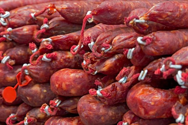Salsiccia defumada esposta sulla bancarella del mercato