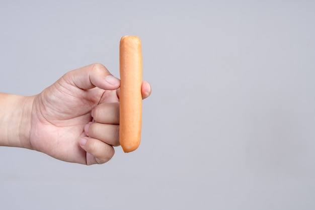 Salsiccia della holding della mano