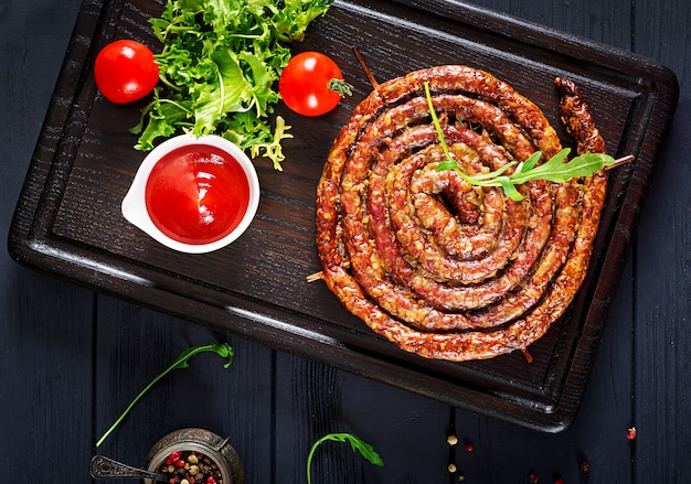 Salsiccia fatta in casa al forno su una tavola di legno. giorno del ringraziamento.
