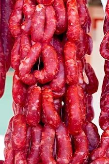 Salsiccia fresca esposta sulla bancarella del mercato