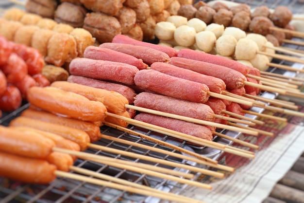 Salsiccia fritta al cibo di strada