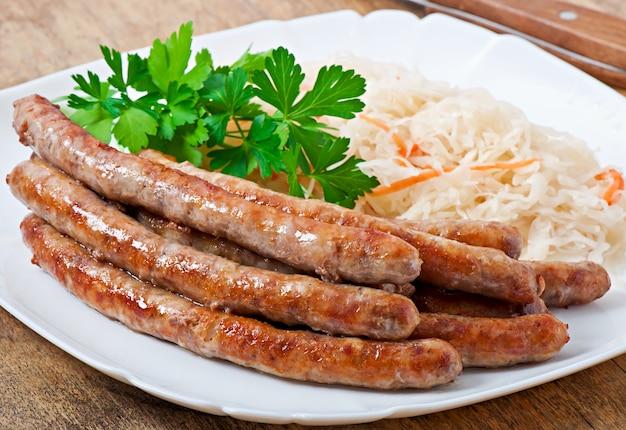 Salsiccie fritte bavaresi sui crauti