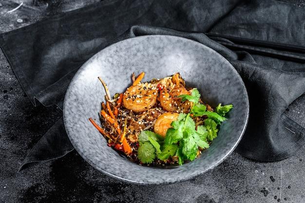Saltare in padella spaghetti di riso con gamberetti e verdure. asia wok