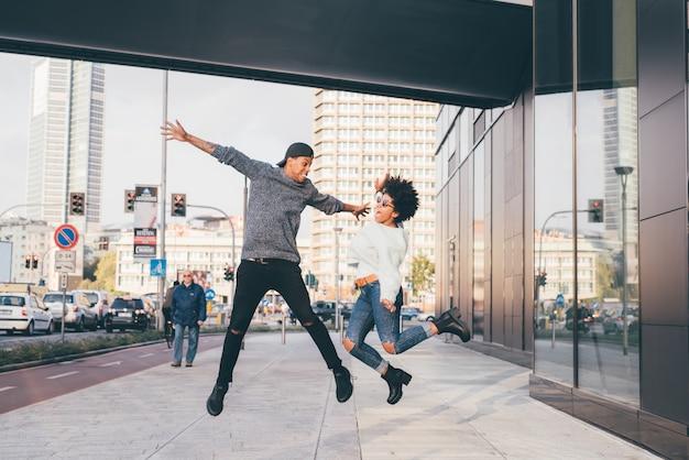 Salto all'aperto delle giovani coppie multietniche