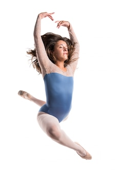 Salto di balletto della bella ragazza
