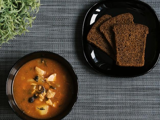 Saltwort con pane. piatti neri su un grigio