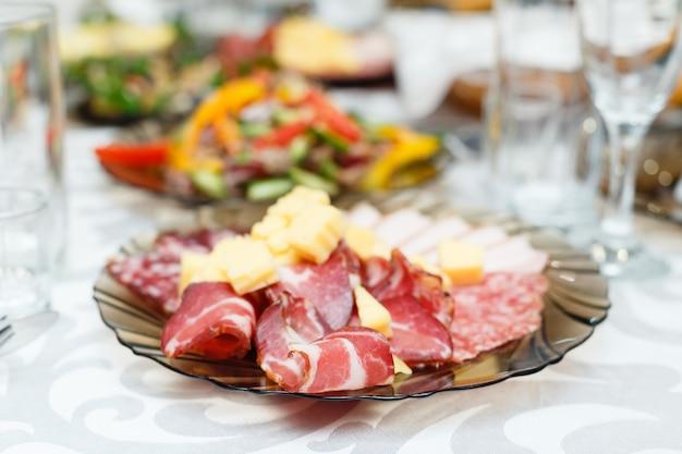 Salumi a base di carne su un tavolo per banchetti. poca profondità di campo