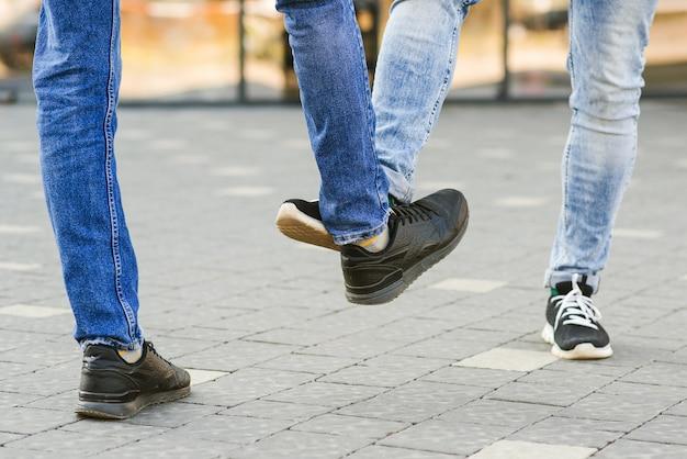 Saluto di coronavirus. persone che salutano con i piedi