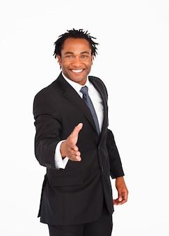 Saluto felice dell'uomo d'affari con la stretta di mano
