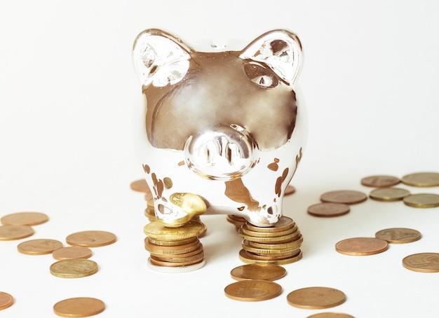 Salvadanaio dorato con monete
