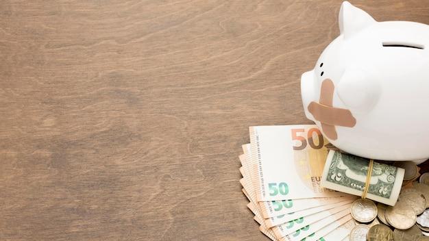 Salvadanaio e banconote denaro copia spazio