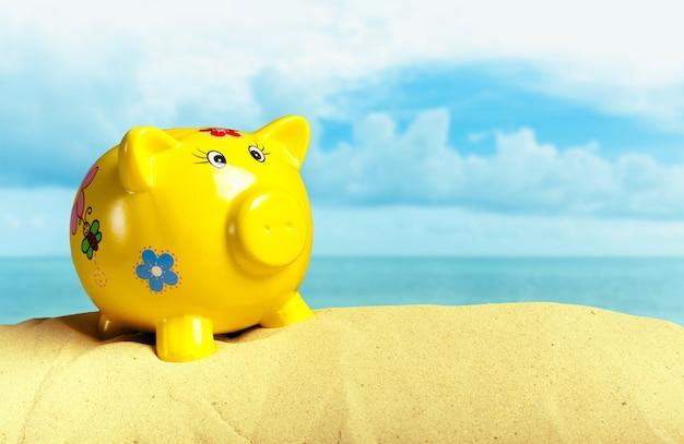 Salvadanaio estivo con occhiali da sole sulla spiaggia