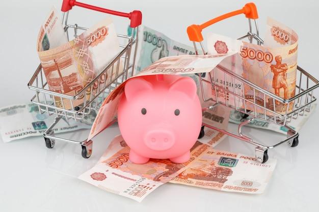 Salvadanaio in mucchio delle rubli russe, concetto di crisi finanziaria