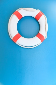 Salvagente personale bianco su fondo blu