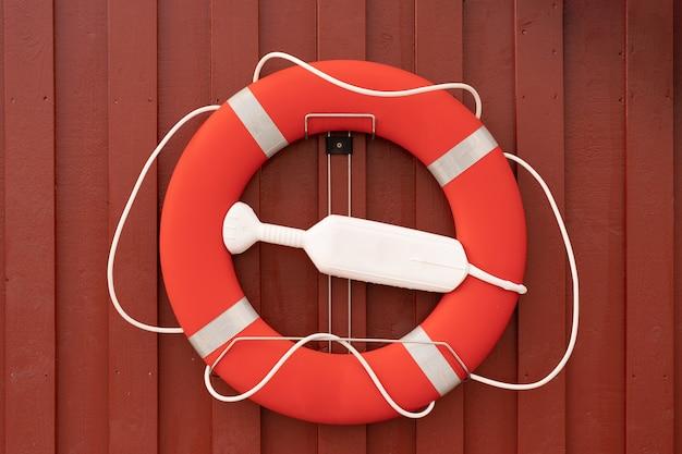 Salvagente sulla parete di legno rossa