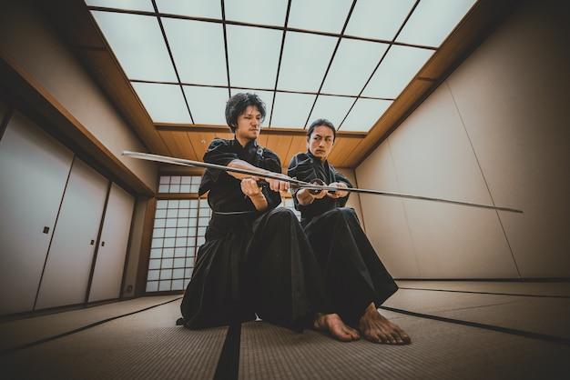 Samurai si allena in un tradizionale dojo, a tokyo