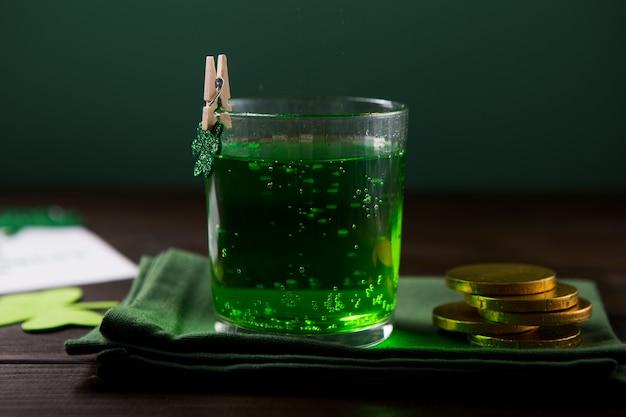 San patrizio pinta di birra verde, decorata con foglie di trifoglio. festa del pub patrick day, in festa.