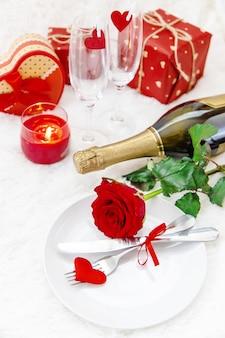 San valentino. bellissimo sfondo di auguri con una rosa. messa a fuoco selettiva