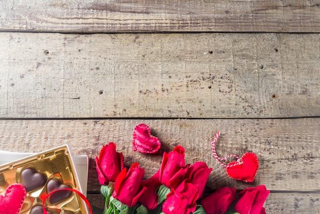 San valentino con rose rosse e cuore di cioccolato