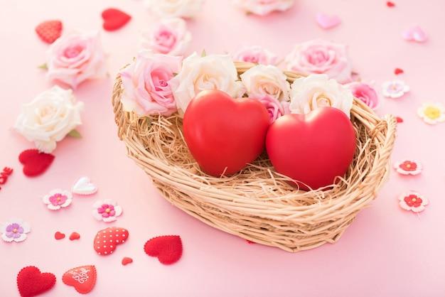 San valentino cuore rosso in un cesto con rose