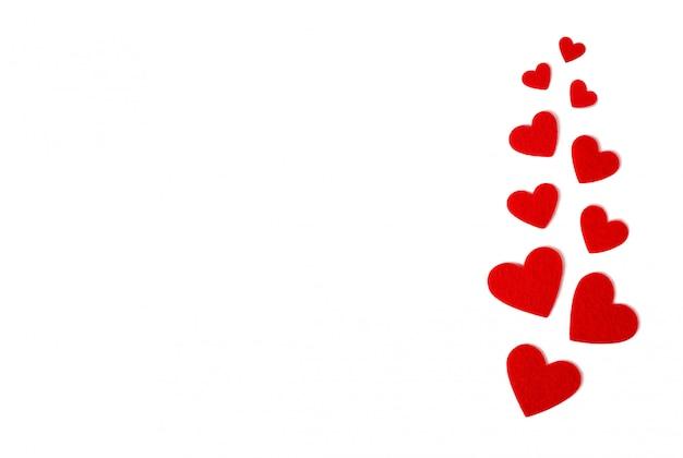 San valentino . cuori rossi su sfondo bianco